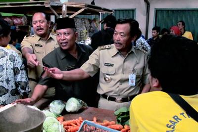 Bibit Waluyo Bagi Uang di Pasar Desa Bojongsari