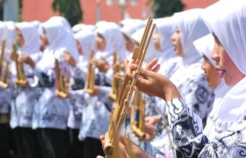 Guru PAUD bermain musik kolosal tradisional