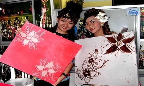 Siswa SD Pius Memamerkan Lukisan Batik Karya Mereka